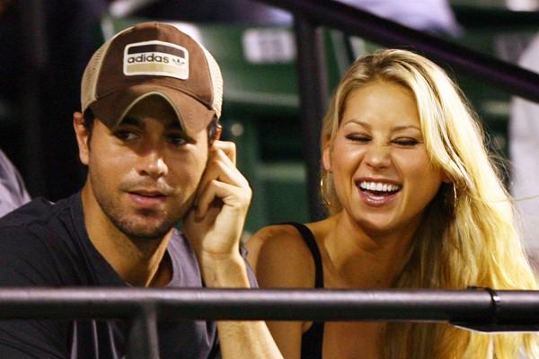 O cantor madrilenho Enrique Iglesias e a tenista russa Anna Kournikova namoram desde 2001, e vivem juntos há um bom tempo. Eles dizem não serem contra o casamento, apenas acham que isso não os faria mais felizes do que são. (Foto: Getty Images)