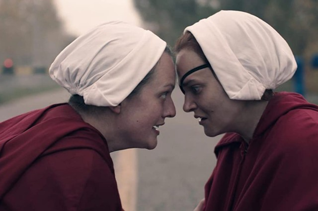 Elisabeth Moss e Madeline Brewer em 'The Handmaid's tale' (Foto: Divulgação)