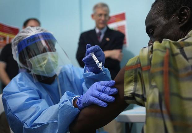Vacinação contra ebola (Foto: John Moora/Getty Images)