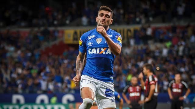 Arrascaeta festeja o gol contra o Atlético-PR