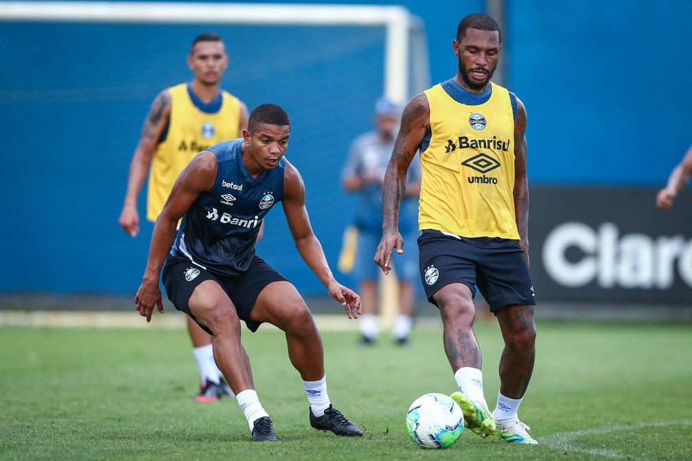 David Braz e Paulo Miranda disputam vaga na zaga do Grêmio — Foto: Lucas Uebel/DVG/Grêmio