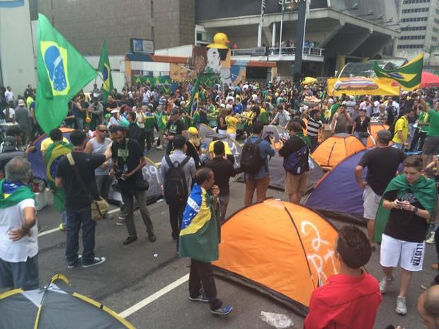 Manifestantes começam a montar barracas na Avenida Paulista, em São Paulo.  (Foto: Paula Paiva Paulo/G1g)