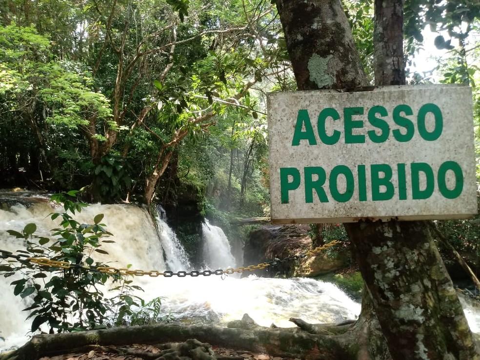 Área em que contadora teria caído tem placas de acesso proibido (Foto: Caio Fonseca/Rede Amazônica)