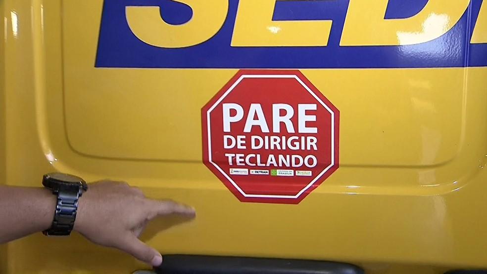 Detran-DF cola adesivo da campanha em veículos oficiais (Foto: Reprodução/TV Globo)