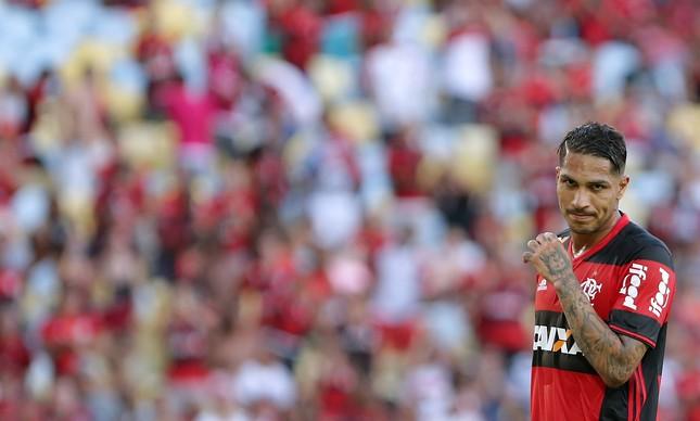 Guerrero diante da torcida do Flamengo no Maracanã