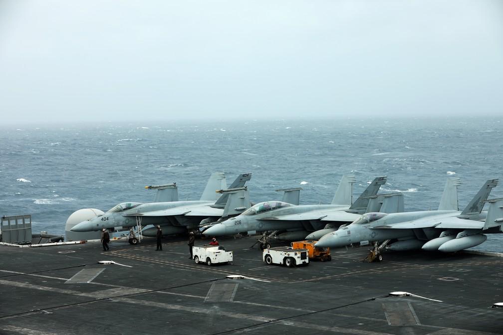 Aviões estacionados no navio USS Abraham Lincoln, de onde marinheiro caiu no mar e desapareceu — Foto: Ahmed Jadallah/Reuters