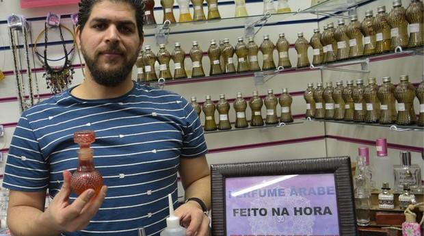 O sírio Anas Obeid no estande que comercializa perfumes árabes artesanais, na Mooca (Foto: Agência Brasil)