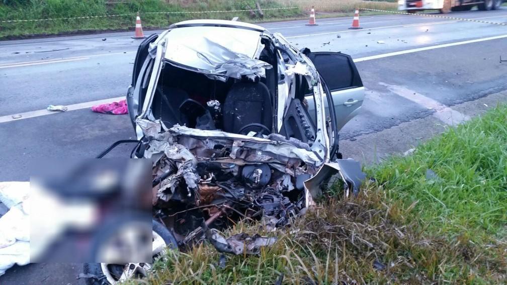 Carro ficou totalmente destruído após a batida  (Foto: Divulgação/PRF)