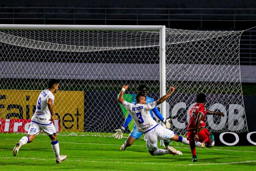 Lateral do CRB, Guilherme Romão finaliza contra o CSA — Foto: Ailton Cruz/Gazeta de Alagoas