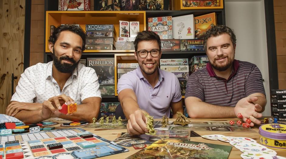 Os engenheiros Brito, Fang e Sasdelli, da Galápagos: aposta nos tabuleiros e venda milionária (Foto: Nino Andrés)