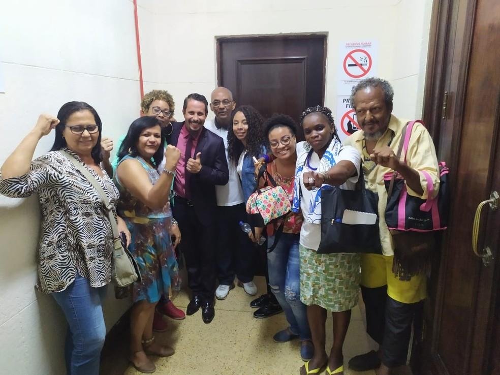Amigos e familiares de Moa do Katendê após condenação do homem que matou o mestre de capoeira — Foto: Maiana Belo/ G1