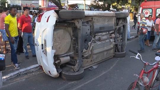 Grávida capota carro após batida na Bahia; vídeo mostra populares desvirando veículo da vítima