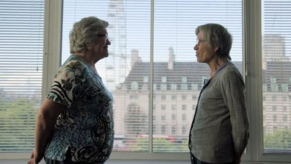 Jackie (à esquerda) e Gillian (à direita) são gêmeas, mas têm pesos diferentes (Foto: BBC)