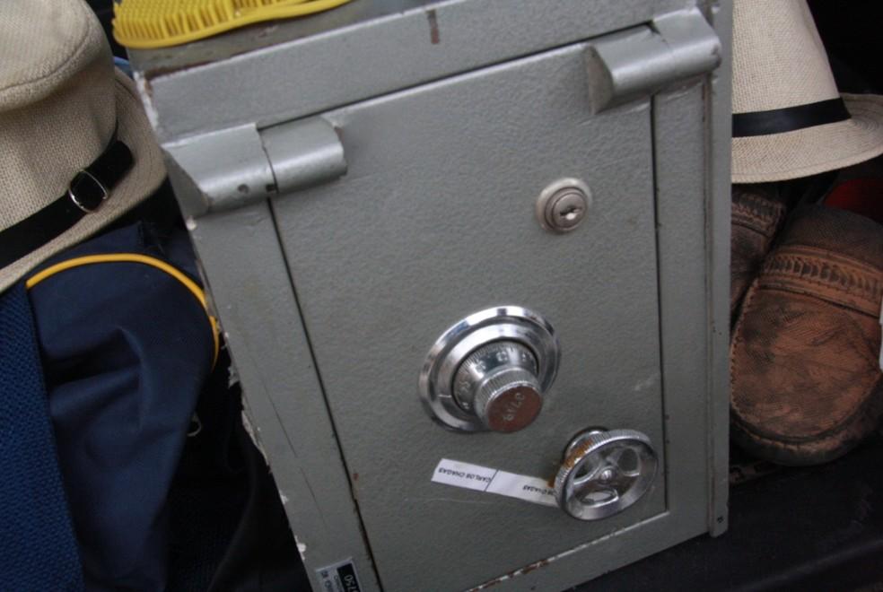 Bandidos deixaram duas mochilas na fuga com cofre. Outros materiais foram apreendidos. — Foto: Gustavo Veras