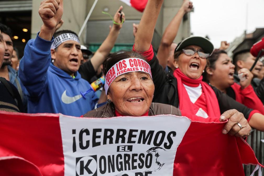 Manifestantes comemoram em Lima, capital do Peru, o fechamento do Congresso anunciado por Martín Vizcarra nesta segunda-feira (30) — Foto: Guadalupe Pardo/Reuters