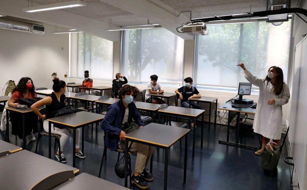 18 de maio de 2020 - Alunos usam máscara em sala de aula no colégio D. Pedro V, em Lisboa, no dia em que parte dos estudantes volta a ter aula em meio à pandemia do novo coronavírus (COVID-19) em Portugal — Foto: Rafael Marchante/Reuters