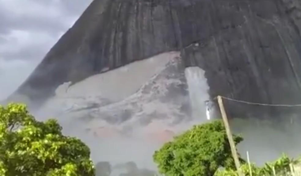 Rocha se desprendeu de montanha  — Foto: Reprodução/TV Santa Cruz