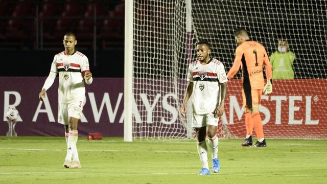 Jogadores do São Paulo lamentam gol sofrido contra o Racing