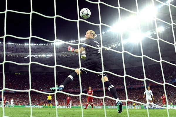 Uma das falhas do goleiro Lorius Karius na final da Champions contra o Real Madrid (Foto: Getty Images)