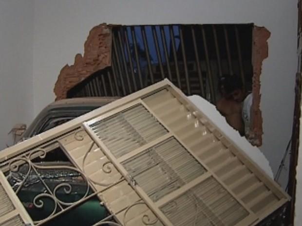 Impacto atingiu carro e derrubou parede de quarto  (Foto: Reprodução/ TV TEM)