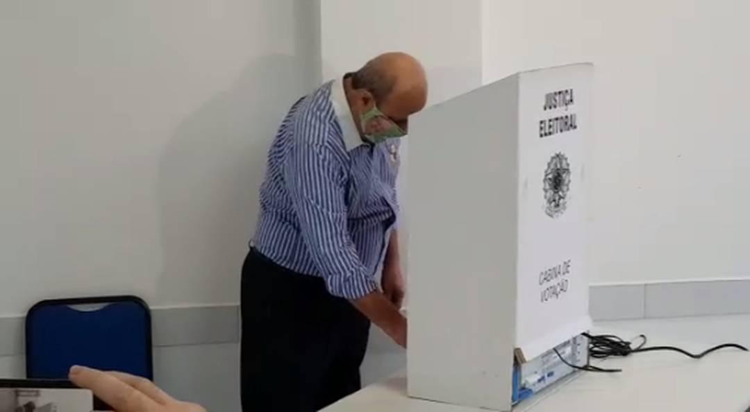 Candidato a prefeito pelo PV, Álvaro Loureiro Júnior votou no Sesc da Fernando de Noronha, em Londrina