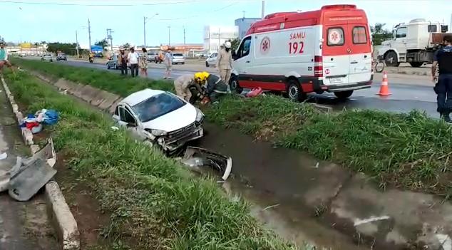 Carro capota várias vezes e vai parar em canteiro na Avenida Darly Santos, em Vila Velha, ES