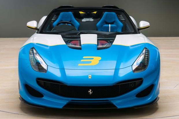 O vidro no capô permite a visão do clássico motor V12 da Ferrari (Foto: Divulgação/Ferrari)