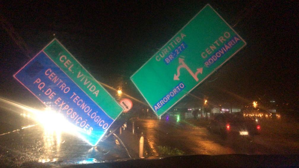 Os ventos fortes na região sudoeste também derrubaram placas de trânsito (Foto: Divulgação/PRF)