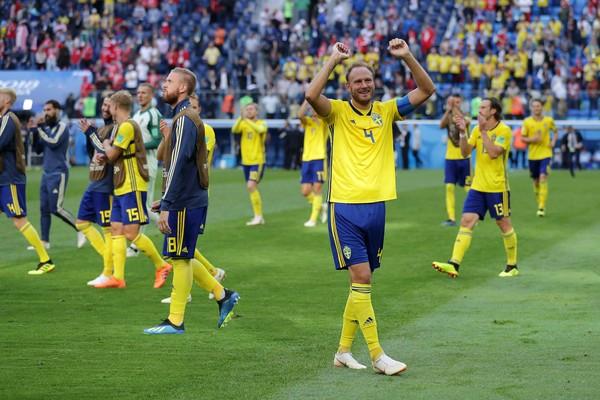 O zagueiro sueco Andreas Granqvist celebrando a vitória da Suécia contra a Suíça (Foto: Getty Images)