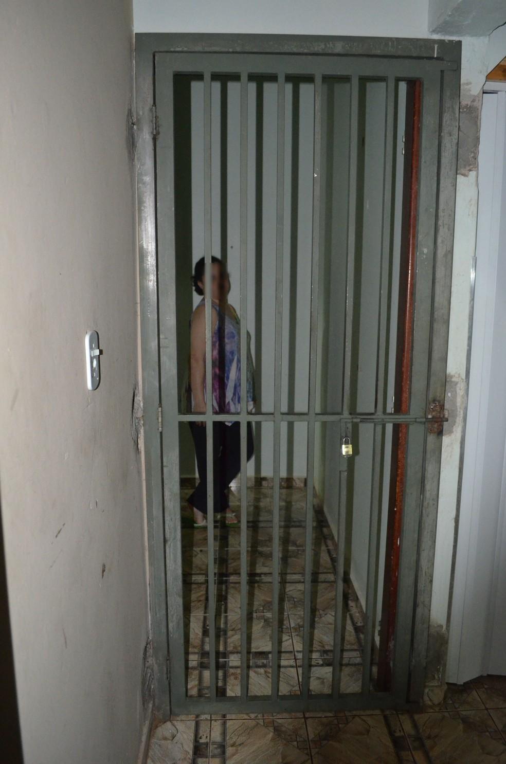 Sem internação permanente, mulher de Serrana (SP) vive encarcerada dentro de casa (Foto: Rodolfo Tiengo/G1)