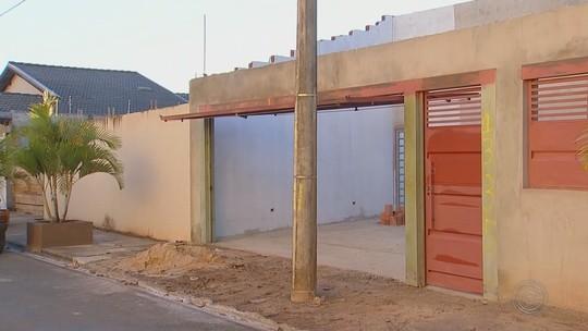 Moradores reclamam de postes colocados em frente de garagens em Itapetininga: 'Não é normal'