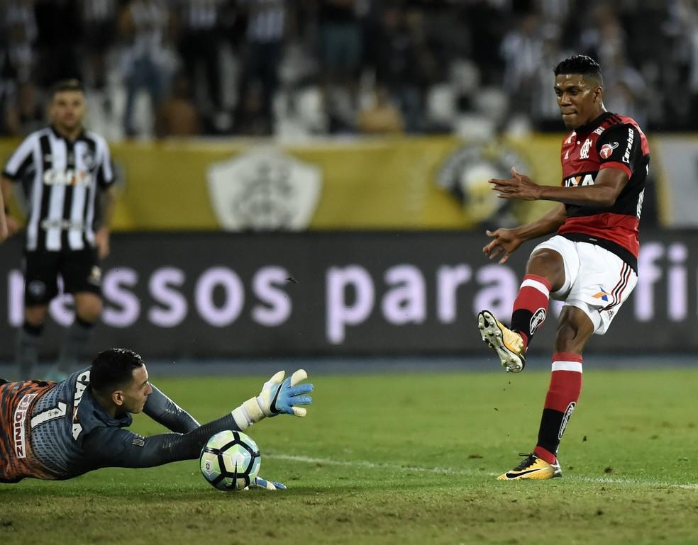 Gatito defendeu o chute de Berrío e outros mais nos últimos quatro jogos (Foto: André Durão)