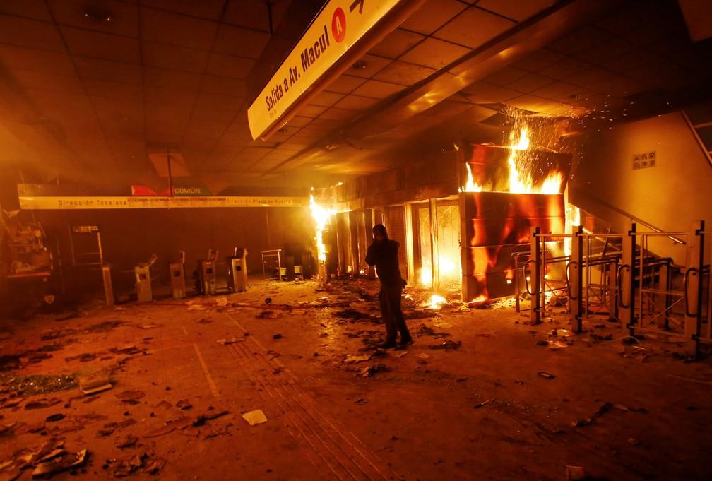 Incêndio em estação do Metrô durante protesto no Chile — Foto:  Reuters/Ramon Monroy