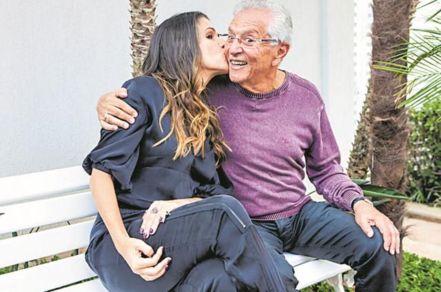 Carlos Alberto de Nóbrega com Ingrid Guimarães nas gravações de 'Viver do riso' (Foto: Divulgação)