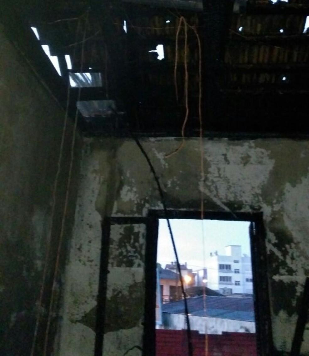 Quarto ficou queimado após homem colocar fogo (Foto: Divulgação/Polícia Civil)