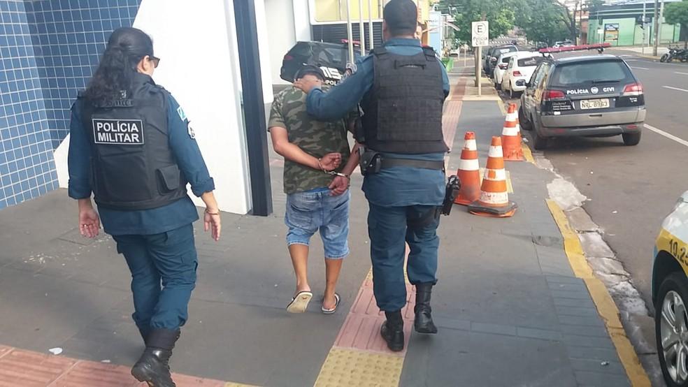 Motorista é levado algemado para delegacia — Foto: Osvaldo Nóbrega/TV Morena