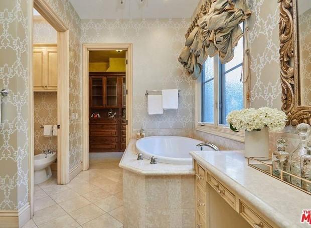 A suíte principal possui dois chuveiros e uma banheira (Foto: The MLS/ Reprodução)
