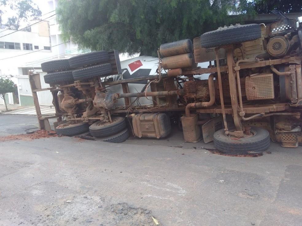 Asfalto cedeu em Rio Preto (SP) e caminhão tombou sobre motos; ninguém se feriu (Foto: Arquivo Pessoal)