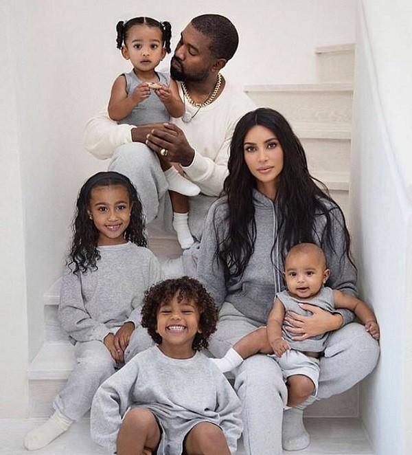 Kim Kardashian com Kanye West e seus quatro filhos (Foto: Instagram)