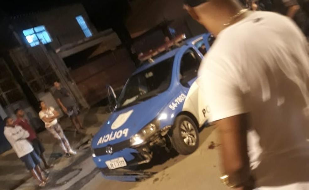 Carro da PM quebrou o para-choque após bater na motocicleta (Foto: Reprodução/ Redes Sociais)