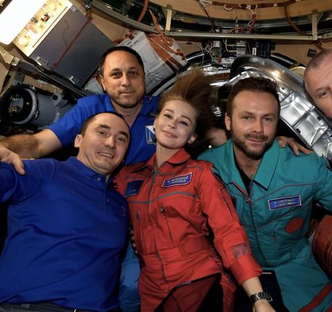 Tripulação russa retorna à Terra após gravar primeiro filme no Espaço