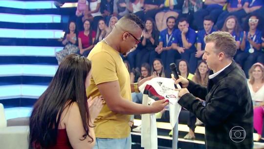 Gabigol presenteia filhinha de pai flamenguista fanático com camisa autografada e convite especial