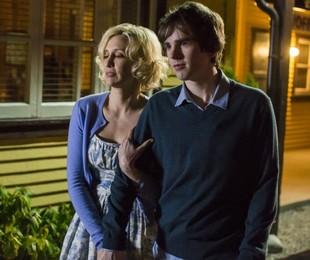 Vera Farmiga e Freddie Highmore em cena de Bates Motel   Divulgação
