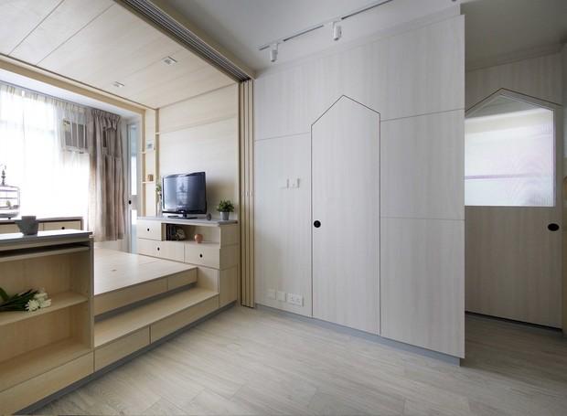 Na sala, o janelão toma conta da iluminação natural (Foto: Sim-Plex/ Reprodução)