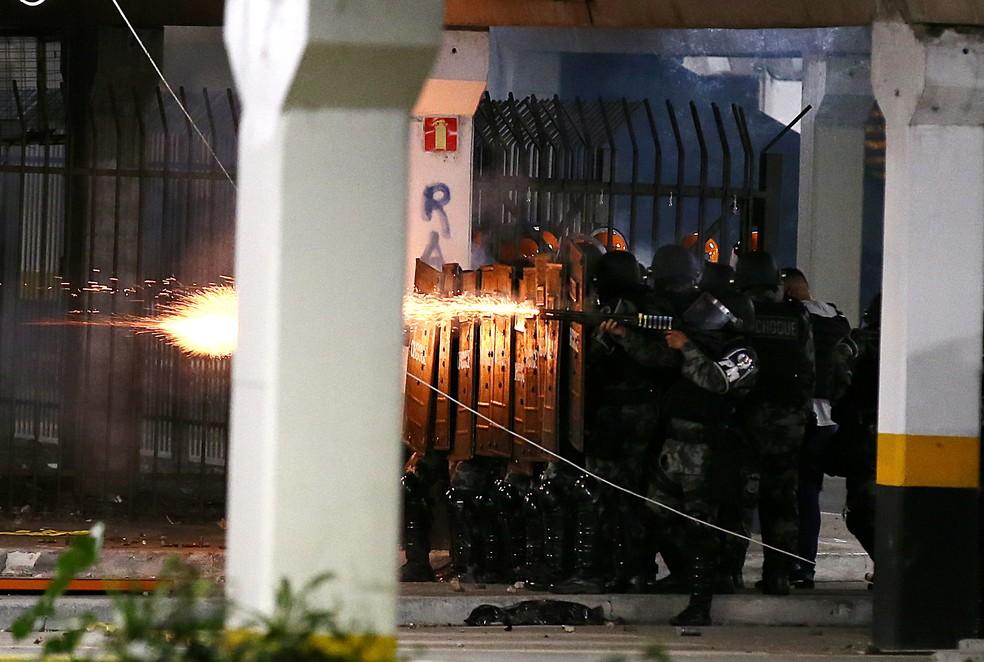 Agentes da Brigada Militar do Rio Grande Sul jogam bombas contra manifestantes em Porto Alegre, na noite desta sexta-feira (20). — Foto: REUTERS/Diego Vara