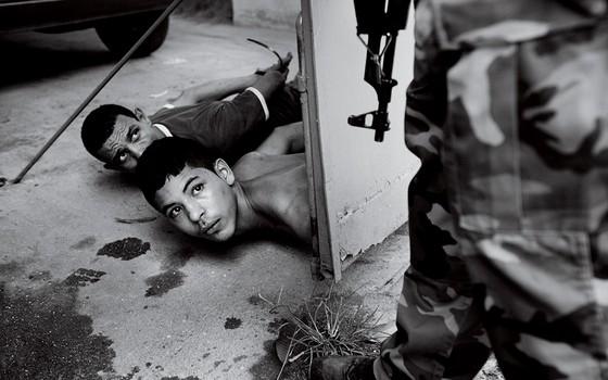 Suspeitos imobilizados (Foto: João Pina)