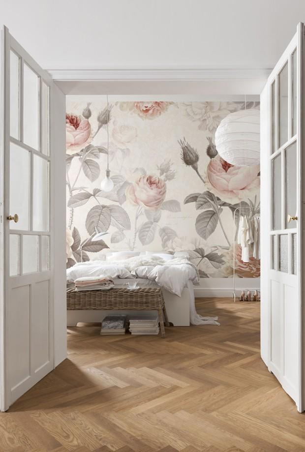 Décor do dia: quarto de casal decorado com papel de parede botânico (Foto: Komar/Divulgação)