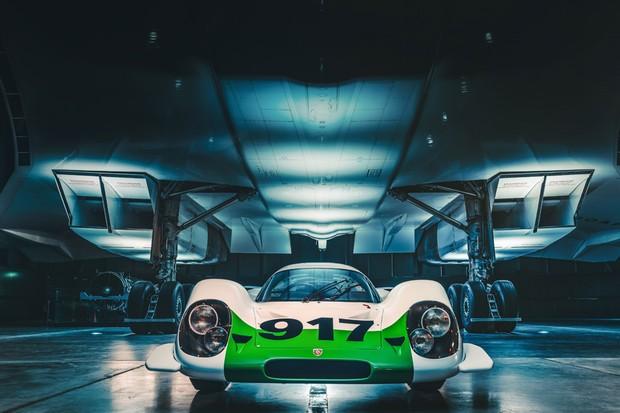 O Porsche fica aninhado entre os quatro enormes motores do jato (Foto: Divulgação)