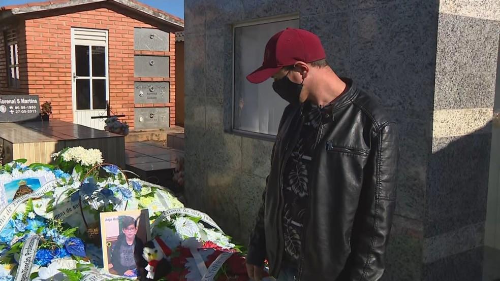 Rodrigo Winques lamenta a morte do filho em frente à sepultura do menino de 11 anos — Foto: Reprodução/RBS TV
