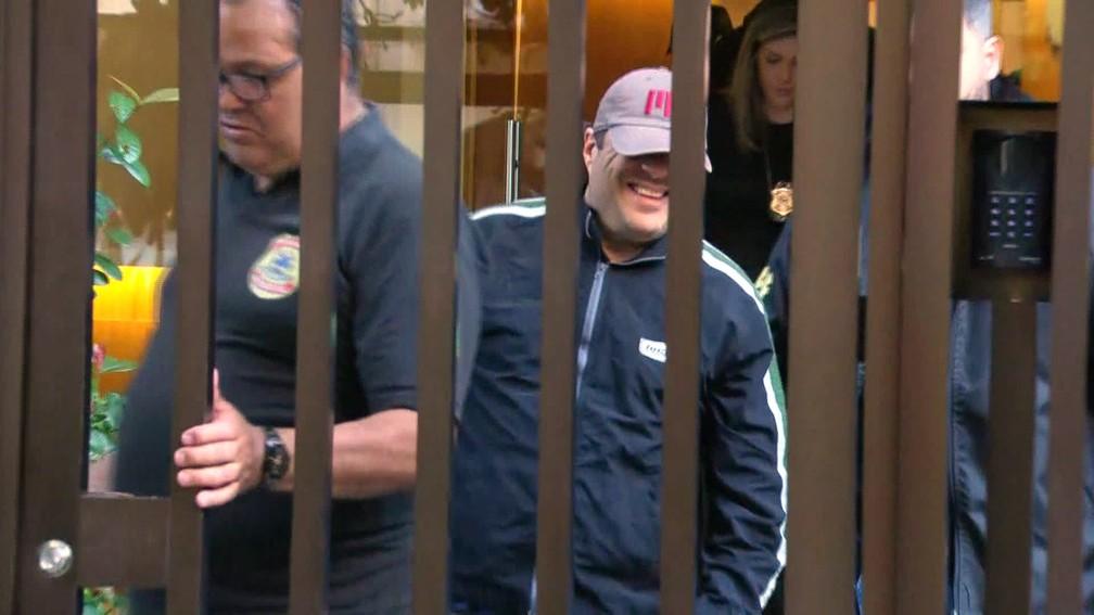 Mario Libman (de boné) deixa sua casa, em Ipanema, a caminho da sede da PF — Foto: Reprodução/TV Globo